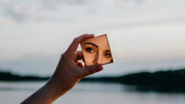 Wat bezielt jou? Kijk eens in de spiegel!